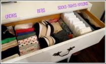 складывать вещи в шкаф
